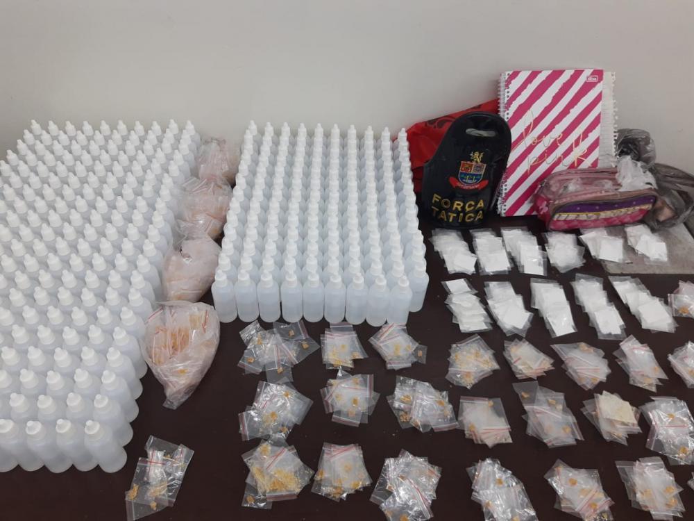Cocaína, crack, mais de dezesseis litros de lança-perfume e anotações do tráfico encontrados no local - Imagem: Polícia Militar