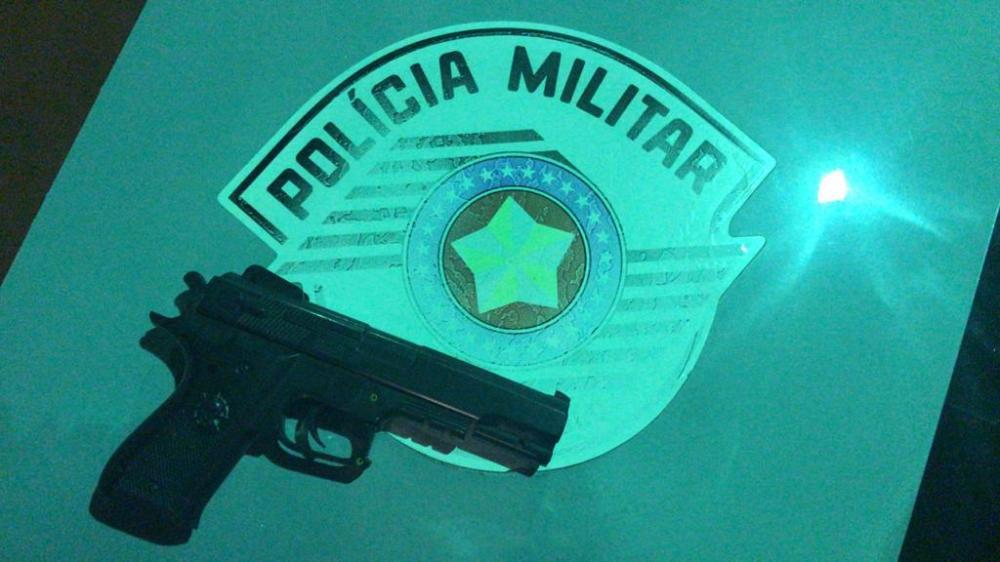 Simulacro de arma de fogo apreendida com o menor infrator - Imagem: Polícia Militar