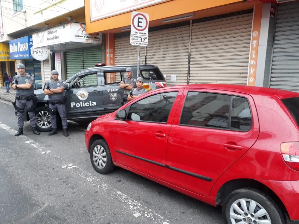 Automóvel roubado em São Bernardo do Campo pelo trio, onde foram encontrados 430 reais em espécie e vários tipos de drogas - Imagem: Polícia Militar