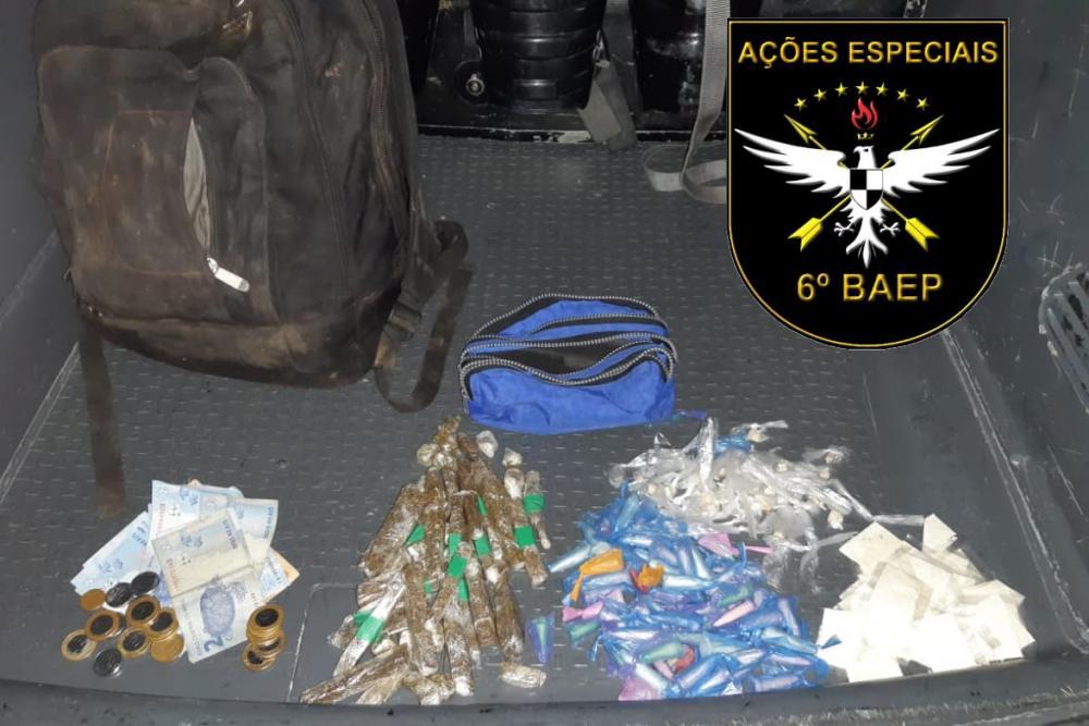 Homem é preso com drogas dentro da mochila