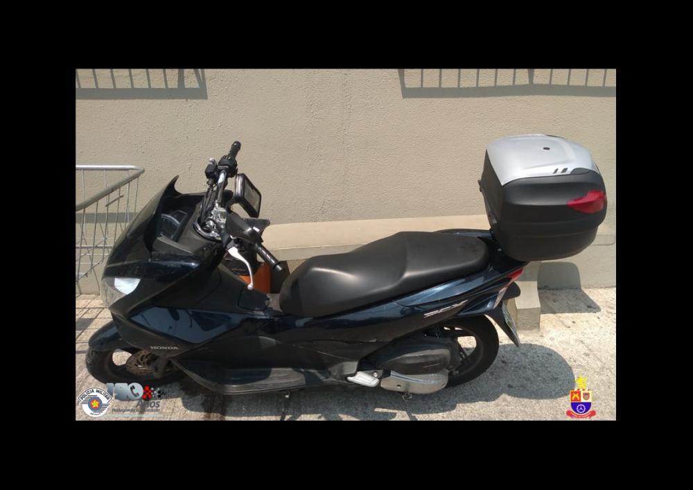 Dupla de menores é detida em posse de motocicleta e aparelho celular roubados